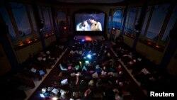 Decenas de películas llegaron en 2013 a las salas de cine de todo el mundo, pero no todas lograron colarse entre las favoritas de los cinéfilos. Acompáñenos en este especial de película de la Voz de América.
