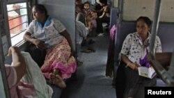 ຜູ້ໂດຍສານນັ່ງລໍຖ້າໄຟຟ້າມາ ຢູ່ທີ່ສະຖານີລົດໄຟແຫ່ງນຶ່ງ ຢູ່ເມືອງ Allahabad, ຢູ່ພາກເໜືອຂອງອິນເດຍ ໃນເຊົ້າວັນຈັນ ທີ 30 ກໍລະກົດນີ້