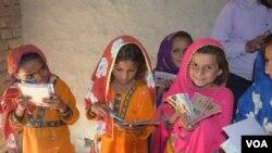 پاکستان میں لڑکیوں میں ناخواندگی کی شرح بہت زیادہ ہے۔ دیہی علاقوں میں مختلف وجوہات کی بنا پر کئی والدین اپنی بچیوں کو اسکول نہیں بھیجتے۔