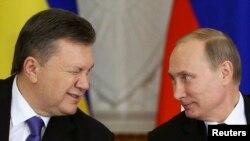 Ukrayna Cumhurbaşkanı Yanukoviç Moskova'daki görüşme sırasında Putin'e gözkırparken