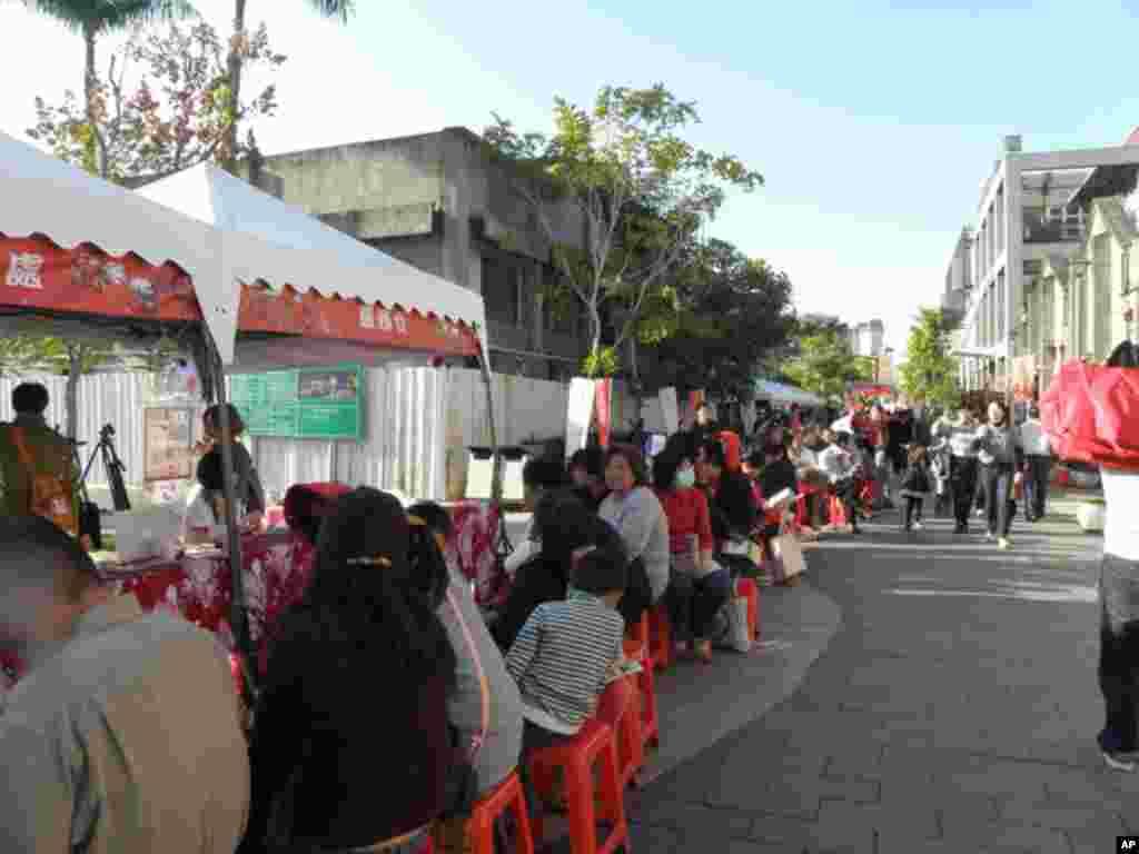 台湾民众排长队希望得到剪纸春联