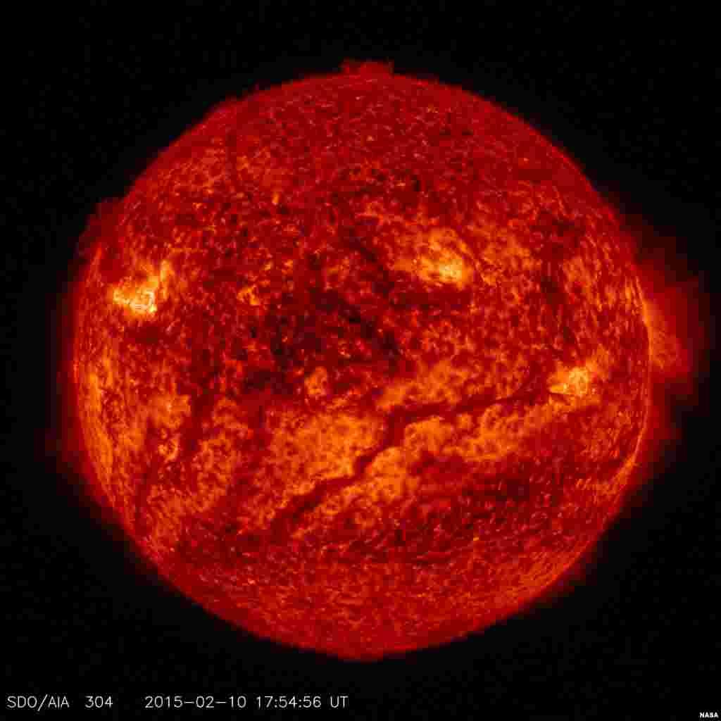 Gambar permukaan matahari NASA menunjukkan filamen-filamen yang menutupi permukaan, membuat cahaya matahari tampak lebih gelap.