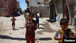 叙利亚大马士革附近杜马镇手拿救援食品的儿童。