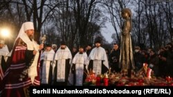 Митрополит Епифаний, предстоятель Украинской православной церкви, проводит богослужение у монумента жертвам Голодомора, Киев, 28 ноября 2020 года