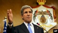 존 케리 미국 국무장관이 22일 나세르 주데 요르단 외무장관과의 공동기자회견에서 시리아 사태에 관한 미국 정부의 입장을 밝히고 있다.
