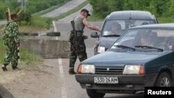 Dân quân thân Nga khám xét một chiếc xe tại chốt kiểm soát bên ngoài làng Schastya, 25 km từ thành phố miền đông Lugansk của Ukraine, ngày 14/5/2014.