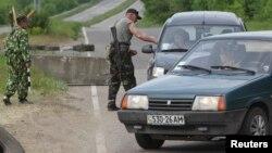 Блок-пост пророссийских сепаратистов в пригороде Луганска (архивное фото)