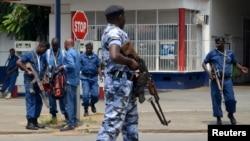 Un policier burundais sécurise le périmètre à Bujumbura, le 15 février 2016.