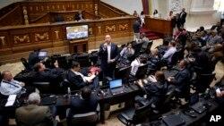"""La Asamblea Nacional controlada por la oposición aprobó una resolución en la que se compromete a tomar """"todas las medidas y acciones para deponer a la Asamblea Constituyente como poder legítimo""""."""