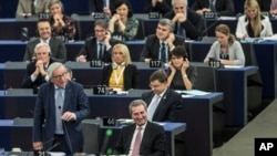 European Commission President Jean-Claude Juncker, left, speaks at the European Parliament in Strasbourg, eastern France, Nov.13, 2018. British and Irish media say U.K. and EU negotiators have reached an agreement on a proposed Brexit deal to resolve the