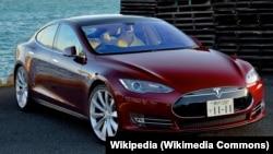 Mobil Tesla yang dapat berjalan sendiri dengan sistem otopilot.