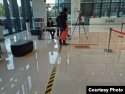 2020年3月18日上海一办公楼入口体温检测处 (美国之音受访者拍摄)