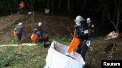 일본 후쿠시마현 가와구치 일대에서 지난 2013년 방사능 오염 흙과 나뭇잎 등을 수거하고 있다.