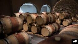 Les tonneaux de vin sont assis dans une cave à vin dans le sud de la France, en Provence, le vendredi 11 octobre 2019. Le vin français, le parmesan italien et les olives espagnoles sont soumis au tarif américain. (Photo AP / Daniel Cole)