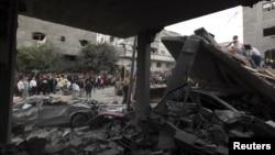 Warga Palestina mengamati rumah pegawai Hamas yang hancur terkena serangan udara Israel di Jabalya, utara jalur Gaza (17/11). Serangan udara Israel menarget gedung-gedung pemerintah Hamas, termasuk Markas Besar Kabinet Hamas di wilayah ini.