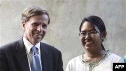 Bà Phyu Phyu Thin và Trợ lý Ngoại trưởng Hoa Kỳ Michael Posner tại trạm xá cho bệnh nhân HIV/AIDs bên ngoài Yangon, ngày 1/11/2011