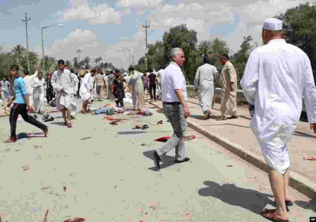 People gather at the scene of a bomb attack in Baquba, northeast of Baghdad, Iraq, May 17, 2013.