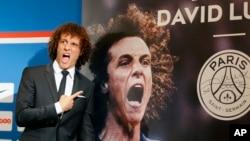 David Luiz du PSG posant pour une photo, Paris, 7 aout, 2014.