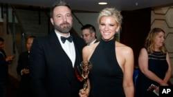 «بن افلک» ۴۵ ساله در کنار لیندزی شوکوس تهیه کننده آمریکایی که تا کنون هفت بار نامزد دریافت جایزه امی شده است.