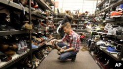 Los consumidores estadounidenses continúan cautelosos, pese al aumento de las contrataciones de empleados.