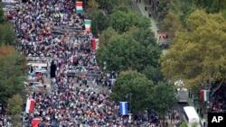La foule rassemblée au Benjamin Franklin Parkway pour la messe papale du 27 septembre 2015