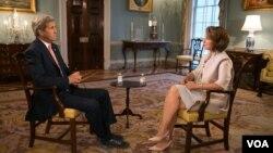 존 케리 미국 국무장관이 21일 VOA 페르시아어 방송과 인터뷰하고 있다.