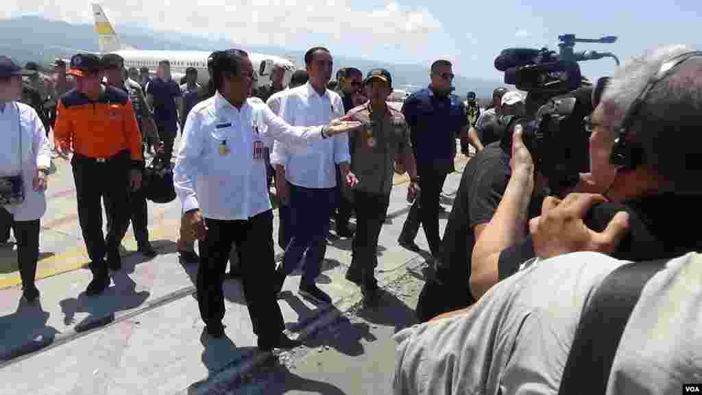 Photographers record Indonesian President Joko Widodo's arrival at Palu, Sulawesi, where a temporary camp for earthquake and tsunami victims has been set up in the airport, Oct. 3, 2018. (Y. Litha/VOA)