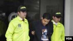 Muhammad Nazaruddin (33 tahun), mantan Bendahara Umum Partai Demokrat, saat diamankan oleh petugas polisi di Bogota, Kolombia (foto: 9 Agustus 2011).