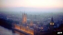 Lối giải thích thường nghe nhất tại sao người Anh chú ý đến mưa nắng nhiều nhất là vì thời tiết ở Anh hay thay đổi