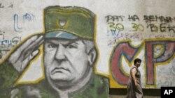 سابق سرب فوجی کمانڈر راٹکو ملاڈچ کا بلغراد کی ایک دیوار پر لگایا گیا پوسٹر۔(فائل فوٹو)