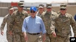 امریکی وزیر دفاع رابرٹ گیٹس افغانستان میں امریکی فوجیوں کے حمراہ۔
