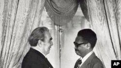Leonid Brezhev e Agostinho Neto, em Moscovo, em Maio de 1974