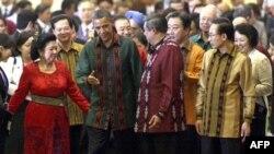 Obama Endonezya Cumhurbaşkanı Susilo Bambang Yudhoyono ve eşi Kristiani ile