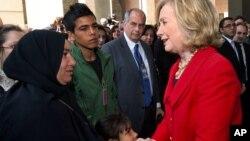 Hillary Clinton avec la famille de Khairy Ramadan Ali, un manifestant tué lors des protestations au Caire, Egypte, le 28 janvier 2011.