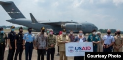 Menteri Pertahanan RI Prabowo Subianto dan beberapa pejabat ikut menyaksikan kedatangan 500 ventilator bantuan pemerintah AS di bandara Halim, Jakarta hari Minggu 30/8 (foto: Kedubes AS di Jakarta).