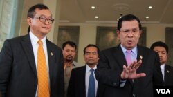 Cambodian Prime Minister Hun Sen (R) talks to the press with Sam Rainsy (L) president of the Cambodia National Rescue Party (CNRP), after the National Assembly vote to select the members of National Election Committee in Phnom Penh, Cambodia on April 9th, 2015. (Nov Povleakhena/VOA Khmer)