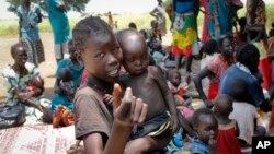 지난 9월 남수단 아웨이에서 유니세프가 운영하는 진료소에서 영양실조와 질병에 걸린 어린이들이 치료를 받고 있다. (자료사진)