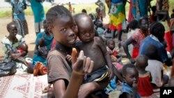 Des enfants affamés attendent une aide de l'Unicef à Aweli, Soudan du Sud, 16 septembre 2016.