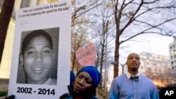 Tư liệu - Tomiko Shine giơ tấm bảng với hình của Tamir Rice bị một sĩ quan cảnh sát mới vào nghề bắn chết ở thành phố Cleveland, bang Ohio, ngày 1 tháng 12, 2014.