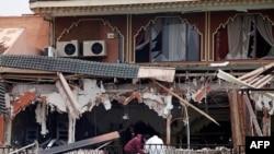 Istražitelji na mestu eksplozije u kafeu u Marakešu, 28. aprila 2011.