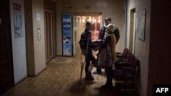 Warga mengunjungi kerabatnya yang terluka akibat penembakan di rumah sakit di kota Mariupolon, Ukraina (26/1). (AFP/Oleksandr Stashevskiy)