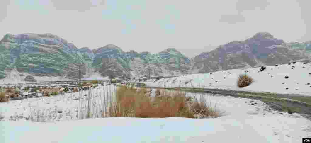 بلوچستان کے پہاڑ برف کی سفید چادر اوڑھ چکے ہیں جس سے ان کی خوبصورتی کئی گنا بڑھ گئی ہے۔