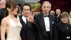 """Peraih Nobel John Nash (kedua dari kanan) dan istrinya Alicia (kanan), bersama produser film nominasi Oscar """"A Beautiful Mind"""", Brian Grazer (kedua dari kiri) tiba di upacara Academy Awads di Los Angeles, 2002."""