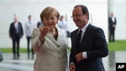 Chanselye Angela Merkel ap resevwa Prezidan fransè a, François Hollande, nan chansèlri a nan Bèlen - 15 me 2012.