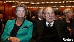 Hans-Dietrich Genscher, en la foto con su esposa, fue ministro de relaciones exteriores de Alemania Occidental y luego de la reunificación, pasó a desempeñar ese cargo durante 18 años, un periodo récord.
