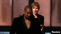 "Beck melihat Kanye West yang berpura-pura mengambil alih panggung setelah Beck meraih penghargaan album tahun ini untuk ""Morning Phase,"" pada Grammy Awards ke-57 di Los Angeles, California (8/2). (Reuters/Lucy Nicholson)"