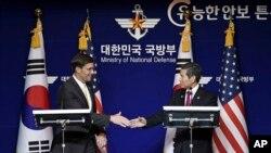 Bộ trưởng Quốc phòng Mỹ Mark Esper, trái, và BTQP Hàn quốc Jeong Kyeong-doo,tại cuộc họp báo chung hôm thứ Sáu, 15/11/2019. (Jung Yeon-je/Pool Photo via AP)