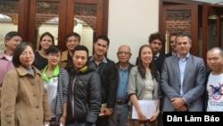Những người đến dự buổi thảo luận của Mạng lưới Blogger Việt Nam về quyền tự do đi lại