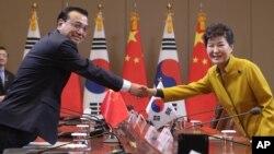 박근혜 한국 대통령(오른쪽)이 리커창 중국 총리와 31일 청와대에서 열린 정상회담에서 악수하고 있다.