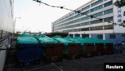 Những chiếc xe thiết giáp chở quân của Singapore bị tạm giữ tại cảng hàng hoá Hongkong, Trung Quốc. (Ảnh Reuters/Bobby Yip)